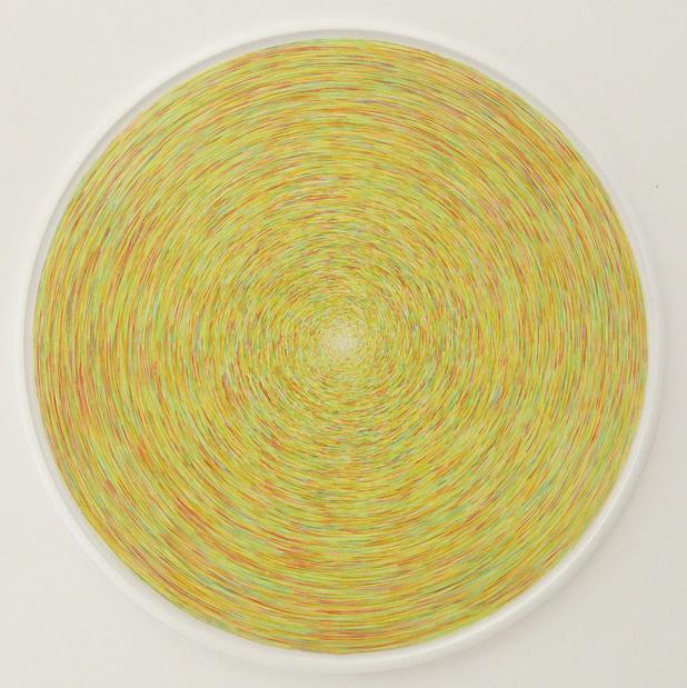 Carmen Perrin, Tracé tourné/frappé, 2018. Crayon de couleur — 163 cm de diamètre