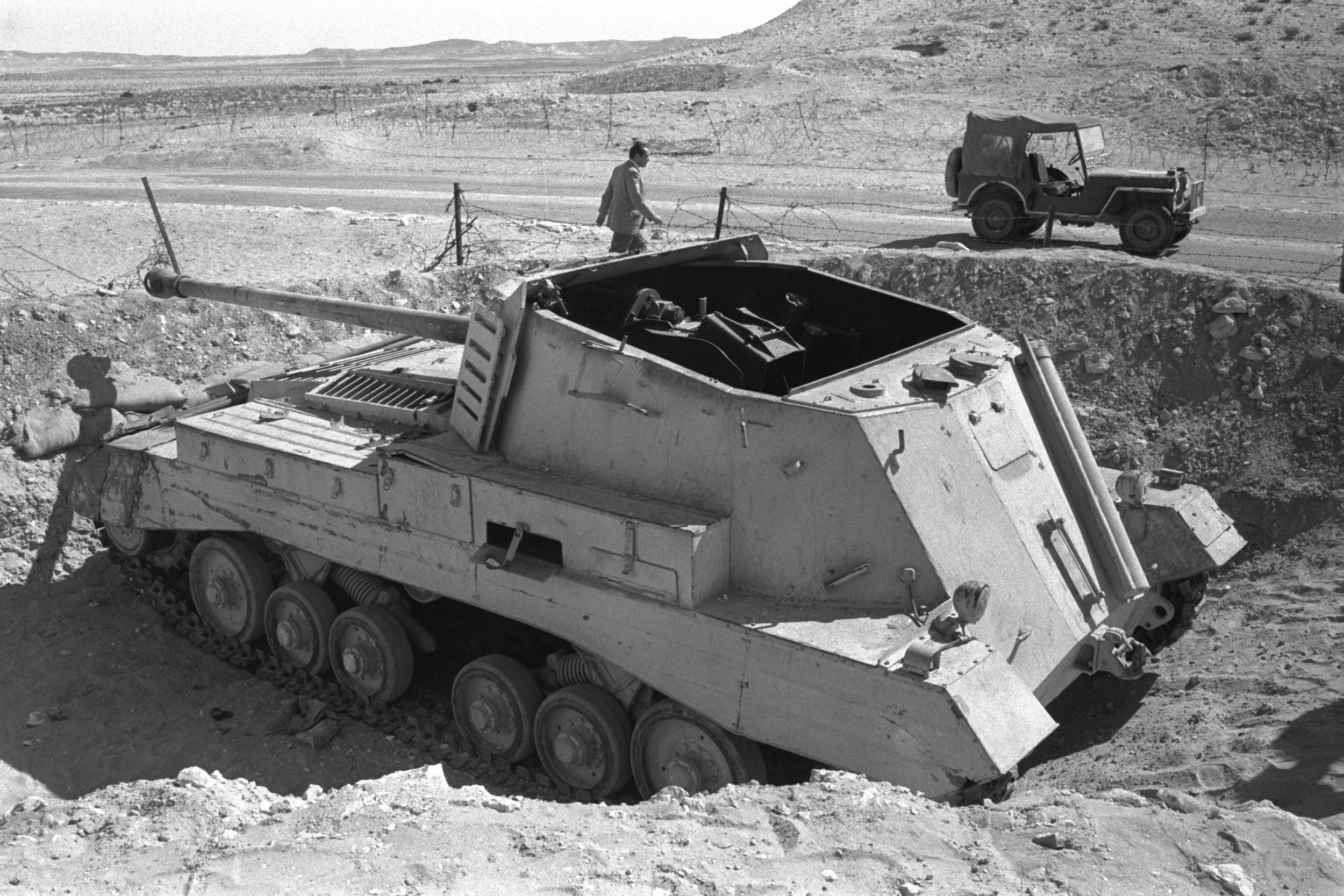 Egyptian_archer_tank_destroyer_knocked_out_by_Israeli_tanks_at_Abu_Ageila_-_1956.jpg