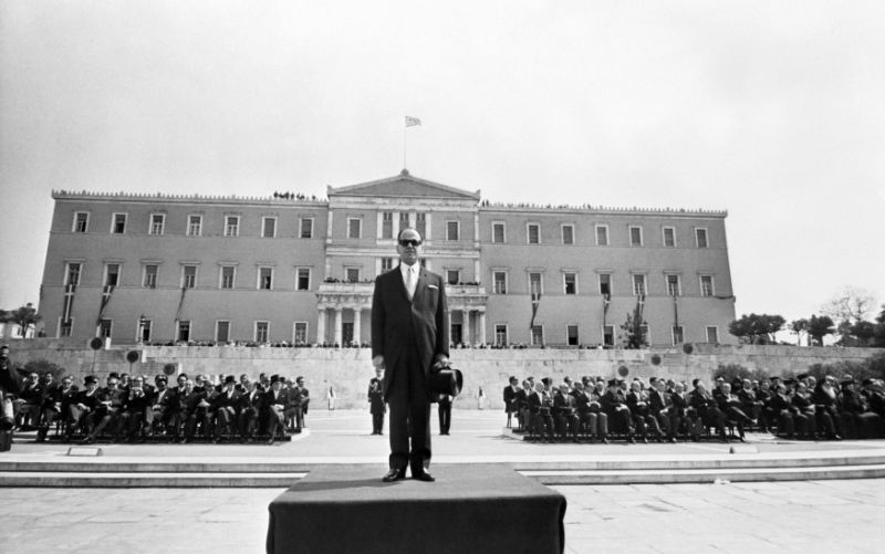 Le dictateur grec Georges Papadopoulos assiste au défilé de la fête nationale à Athènes le 24 avril 1972. AFP PHOTO