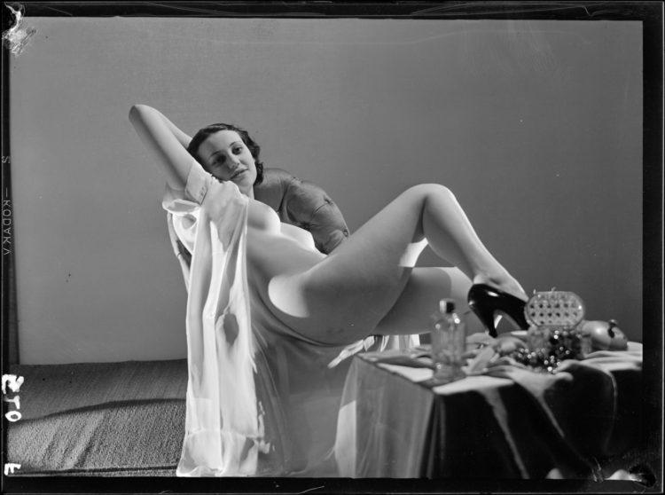 Dora Maar,  Sans Titre  [modèle féminin non identifié en déshabillé], ca. 1934, 9 x 12 cm, © Centre Pompidou, MNAM-CCI, Dist. RMN-Grand Palais / image Centre Pompidou, MNAM-CCI, © ADAGP, Paris