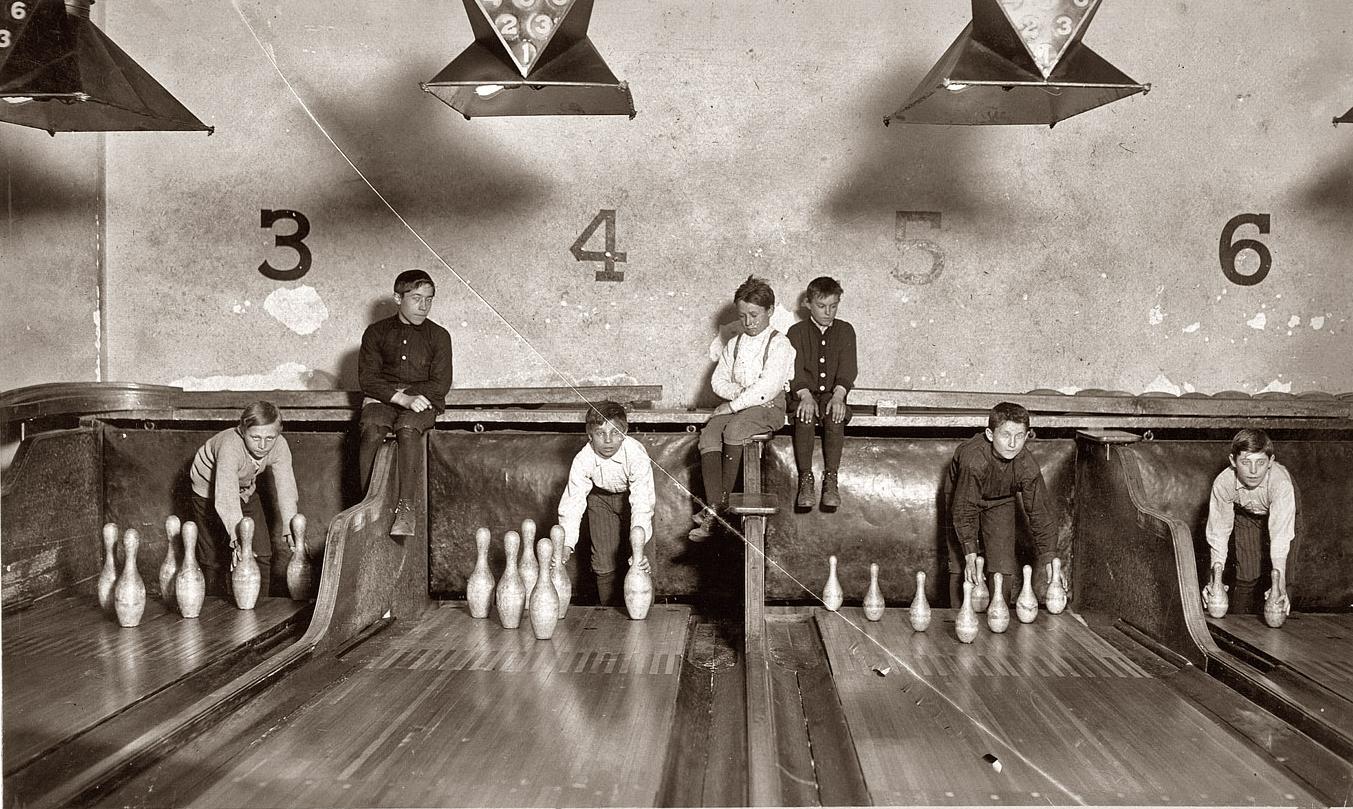 """Lewis Hine - Garçons travaillant dans un bowling, Trenton, New Jersey. L'équivalent moderne de ce """"bullshit job"""" serait peut-être """"juicer"""" de trottinettes électriques."""