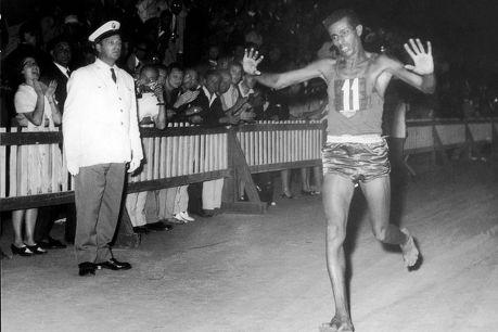Abebe Bikila finissant le marathon olympique à Rome en 1960.