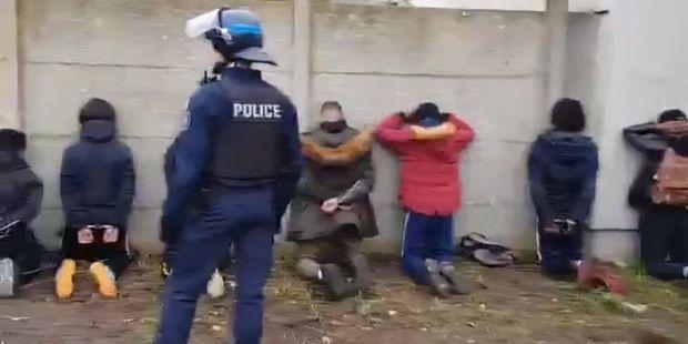 Mantes-la-Jolie, le 6 décembre 2018. Des lycéens manifestent. 151 sont arrêtés (un record !) et contraints à rester à genoux mains sur la tête des heures en attendant d'être envoyés en garde à vue.
