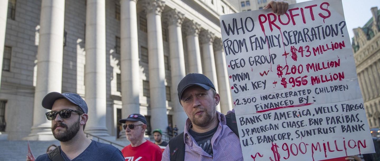 Des manifestants passent devant un tribunal fédéral lors d'une manifestation en faveur de l'abolition de l'Immigration and Customs Enforcement (Service de contrôle de l'immigration et des douanes), New York, le 29 juin 2018.  (AP/Mary Altaffer)