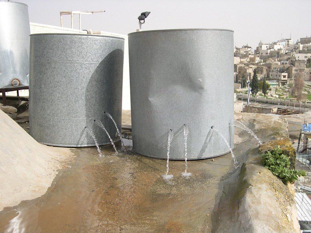 Provisions d'eau sur les toits d'habitations palestinienne en cas de coupure par Israël. Sous réserve que les soldats ne tirent pas dessus pour passer le temps. Consommation d'eau des Israéliens par jour : entre 270L et 400L. Consommation d'eau des Palestiniens par jour : 50L et 70L.