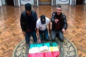 Fernando Camacho dans l'ex-siège du gouvernement, entouré de deux policiers, avec la Bible et «la lettre de démission» qu'Evo Morales devait signer