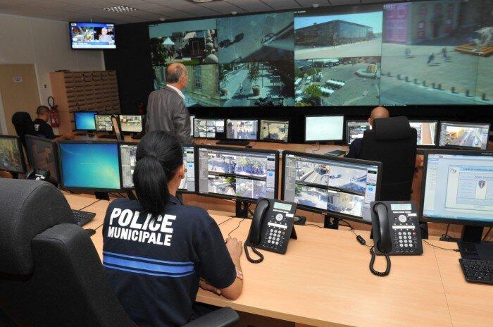 Salle de contrôle du projet de surveillance de Marseille: 2 000 caméras peuvent détecter les personnes, les véhicules et même certaines couleurs de vêtements. Photo Mairie de Marseille