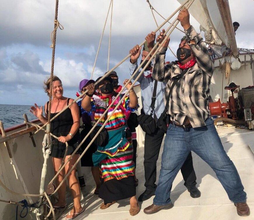 Zapatistas en el barco que viaja hacia Europa. / Foto: https://enlacezapatista.ezln.org.mx/