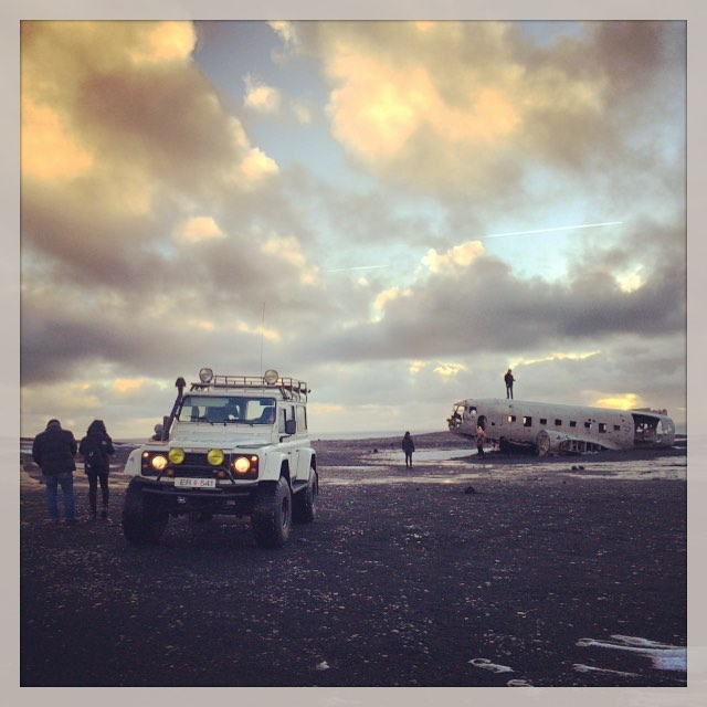 On the road again .. Happy people on a photo tour .. #iceland #photoguide #photosafaris #phototour #landrover #defender