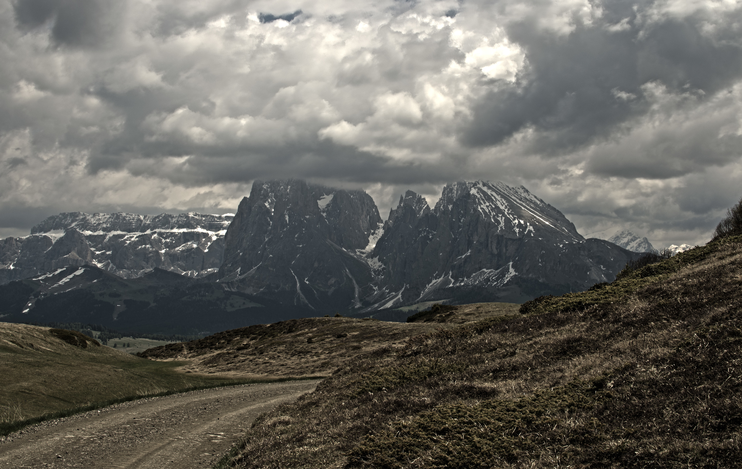Clouds_Mountains)desaturated_HDR2.jpg