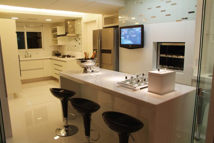 Um bom exemplo de cozinha bem iluminada, luz adequada para cozinhar!