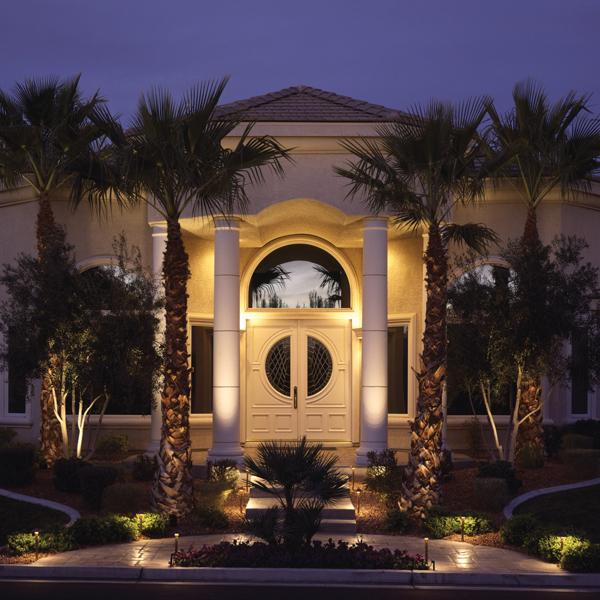 Uma casa muito bonita, mas a iluminação precisa valorizar a arquitetura da fachada!