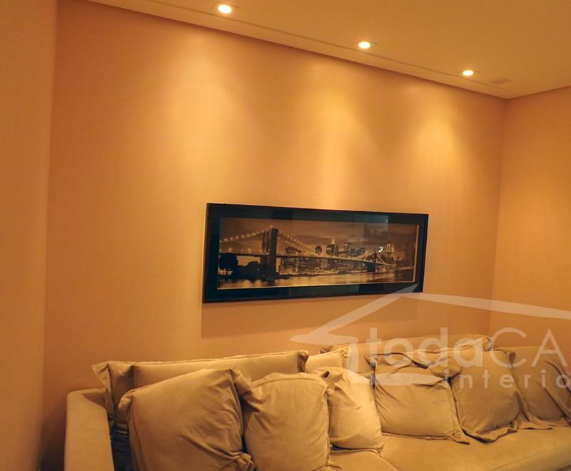 Iluminação com spots(leds, dicróicas, ou PAR 20), uma boa iluminação direta para um quadro ou mural de fotos!