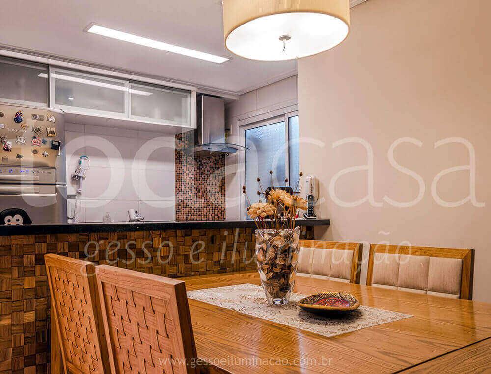 cozinha-com-forro-luminaria-interlight-com-led-sala-de-jantar-cozinha-americana.jpeg