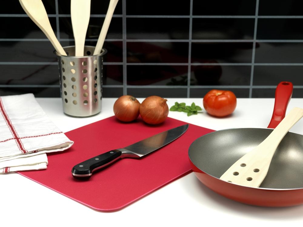 Sin importar el material, nunca deberían picarse en la misma tabla, y sin lavar, alimentos de distinto tipo, algo así como primero el pollo crudo y luego las verduras.
