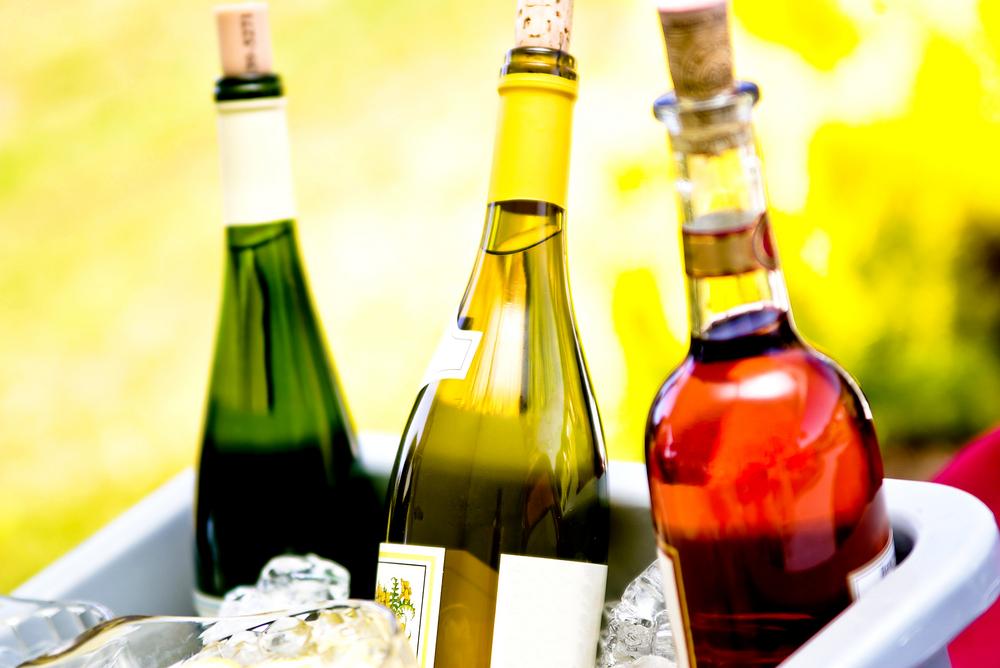 Para enfriar las botellas de vino, se recomienda ponerlas en un cubo con hielo, agua y sal.