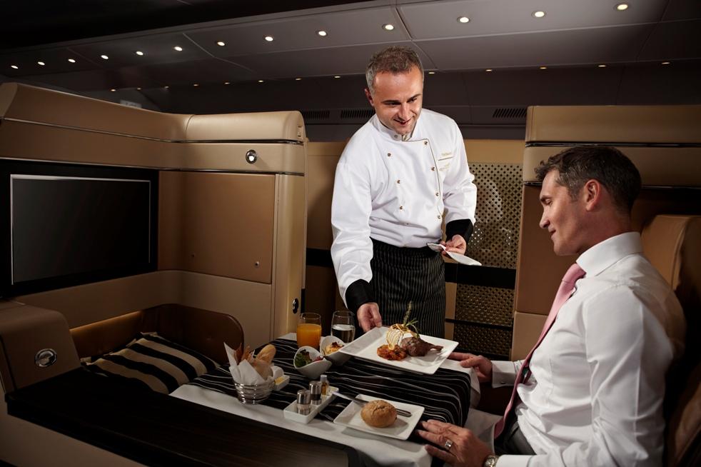 El mismo chef puede montarse al avión de la aerolínea Etihad Airways de Abu Dabi, para servirle su comida.