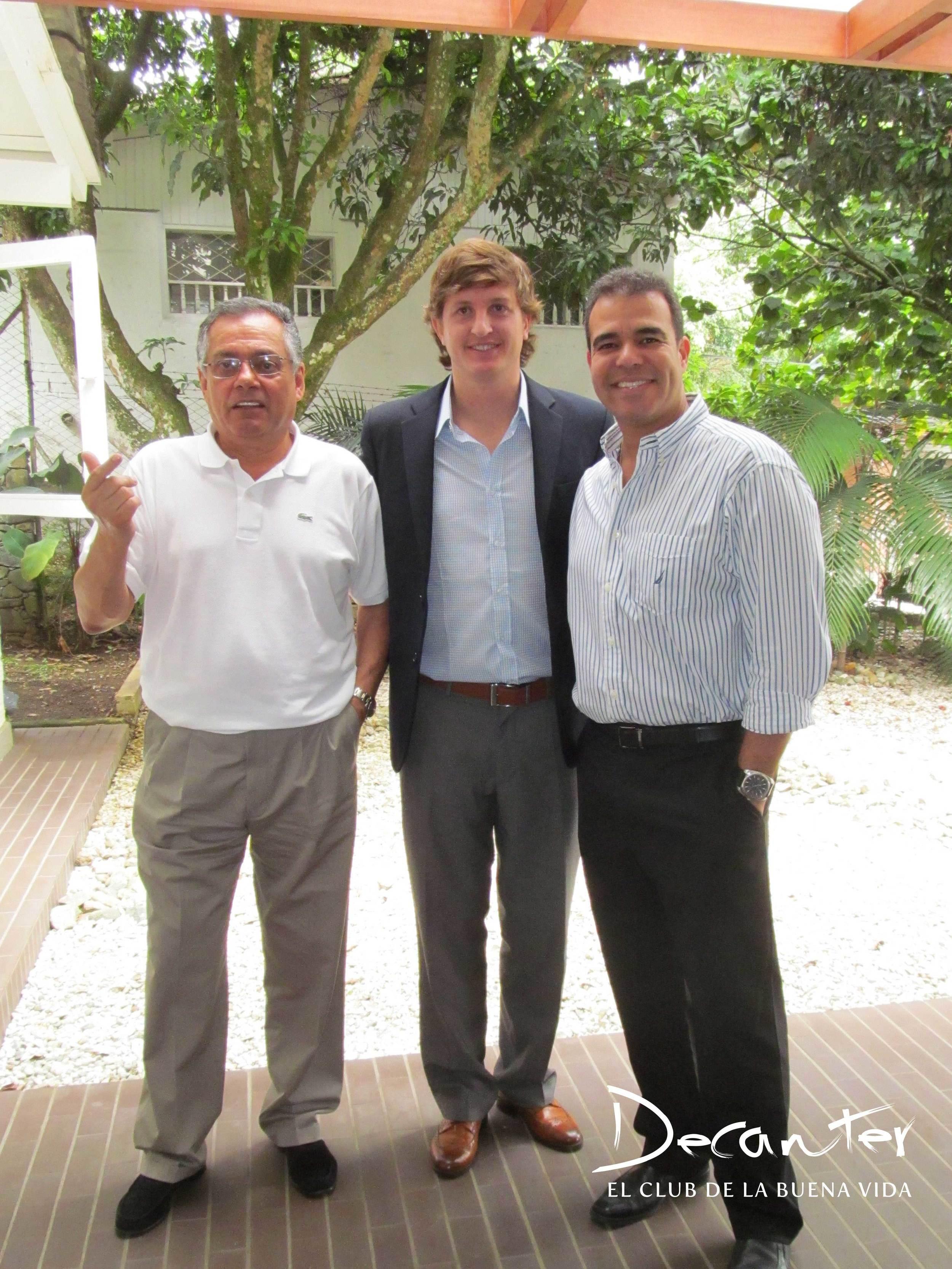 Diego Pulenta, Juan Carlos Novoa y Carlos Abad, gerente de Mercadeo del Club de vinos Decanter.