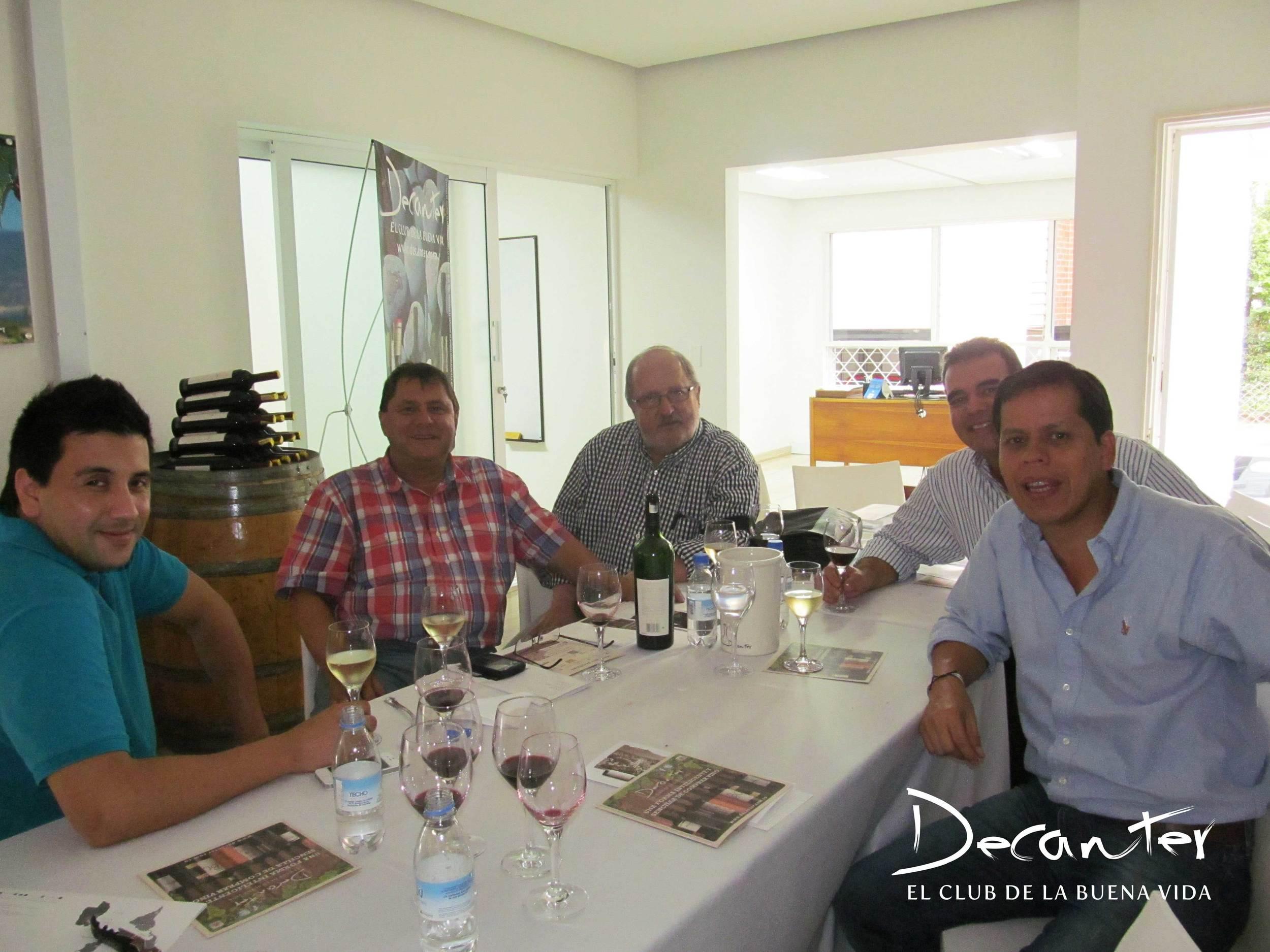 Después de la charla y el almuerzo, algunos de los invitados se quedaron terminando de compartir los vinos destapados.