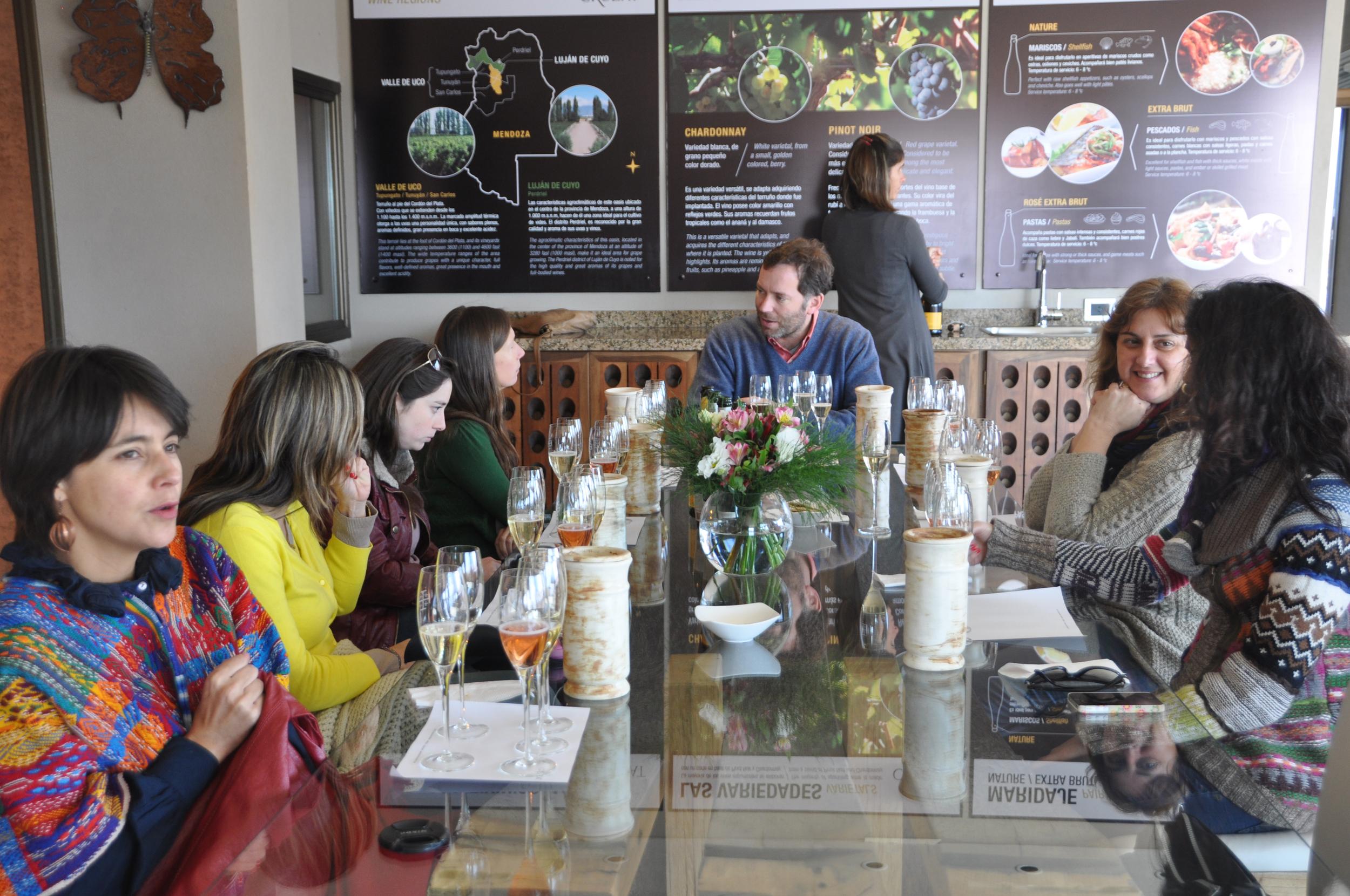 Grupos de turistas degustando los vinos de la bodega.