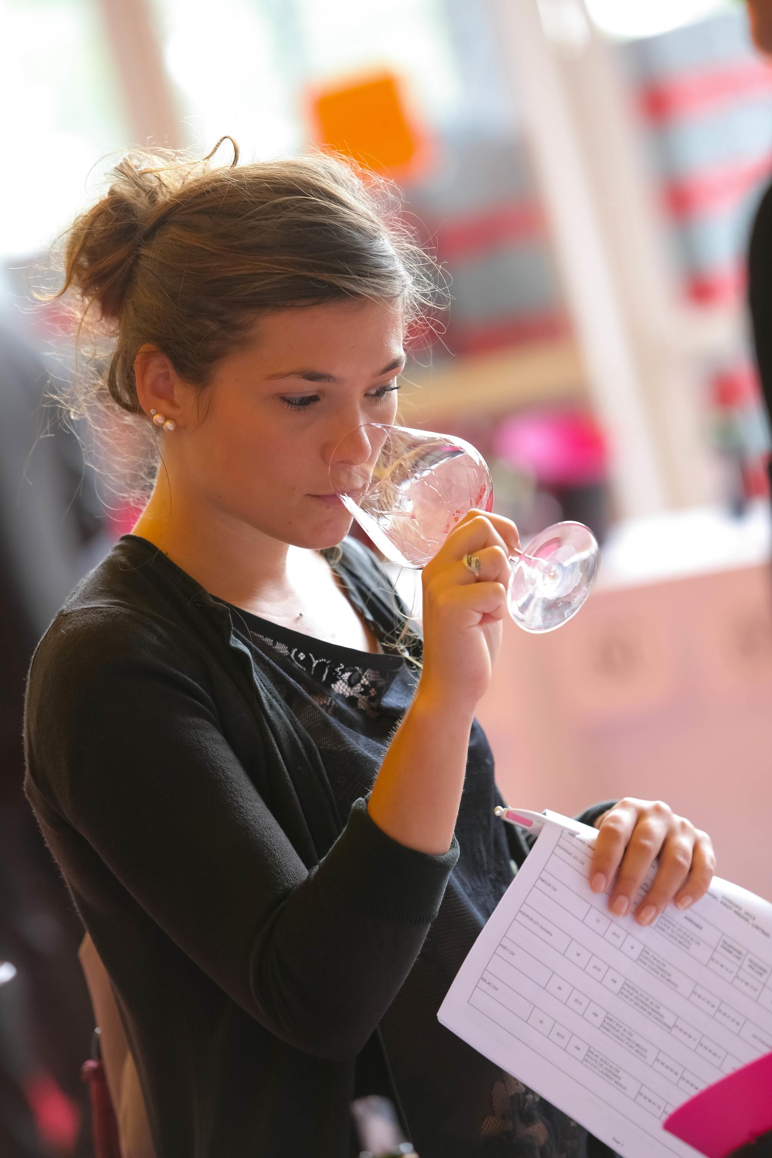 Las catas de vinos en Vinexpo involucran a unos 14.700 expertos de distintos países.