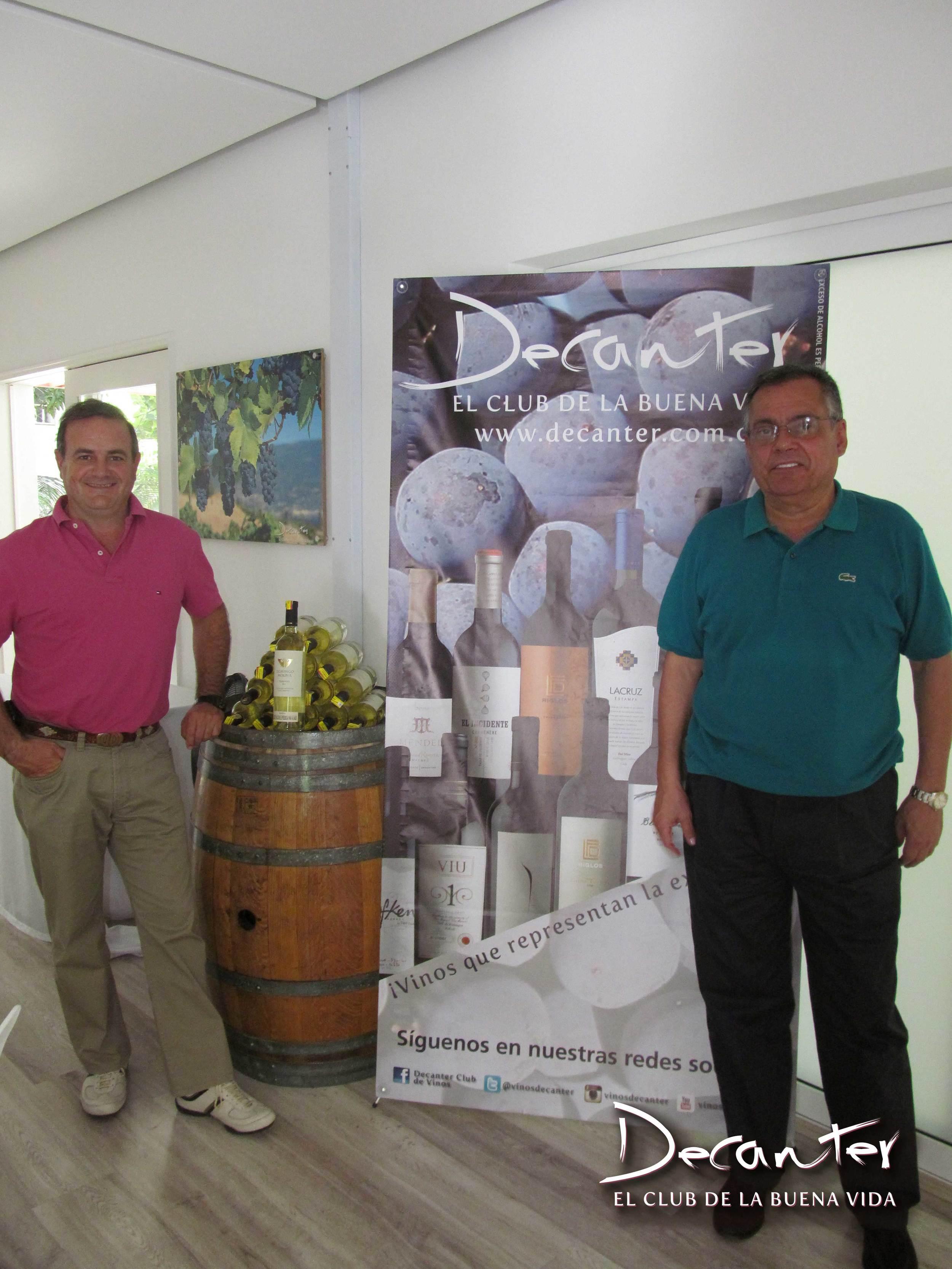 Osvaldo Domingo de la Bodega Domingo Molina y Juan Carlos Novoa, gerente del Club de vinos Decanter, en uno de los eventos de Medellín.