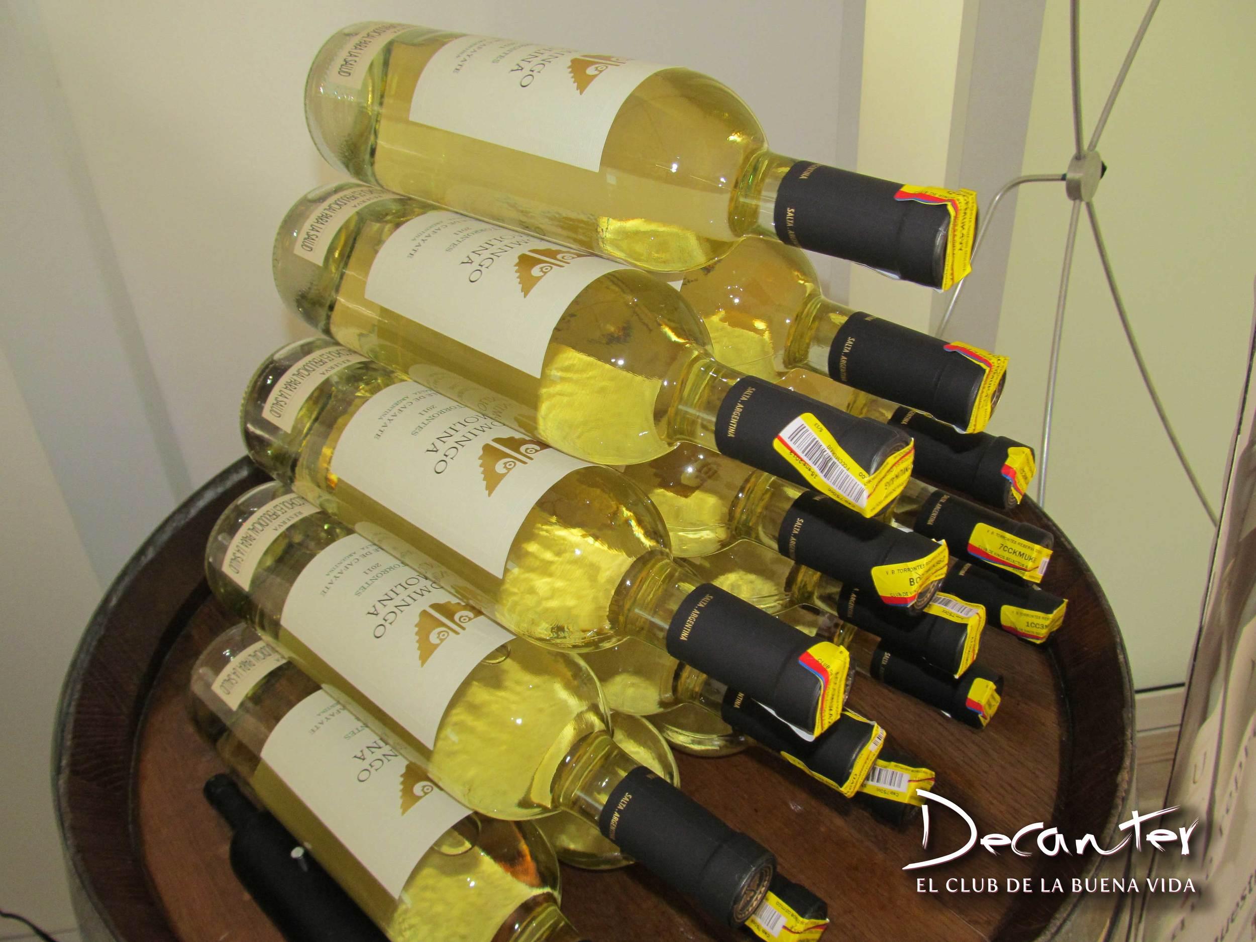 El vino torrontés es uno de los más característicos de la zona de Salta, Argentina, una cepa que da origen a vinos de gran potencia aromática a frutas tropicales y color dorado intenso, además de muy refrescantes.