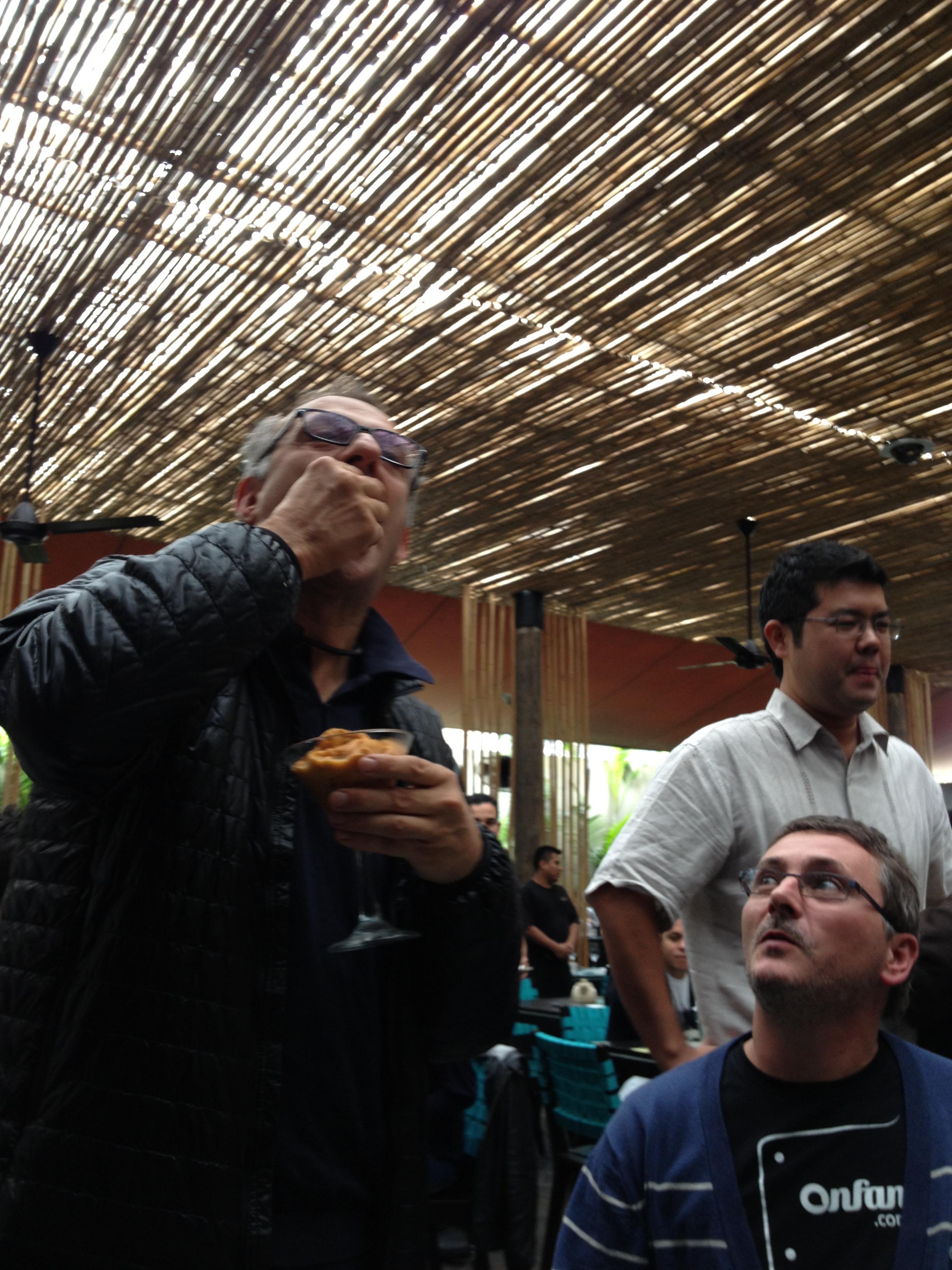 El chef italiano Massimo Botura disfrutando de su copa de erizos en el restaurante La Mar de su amigo Gastón Acurio.