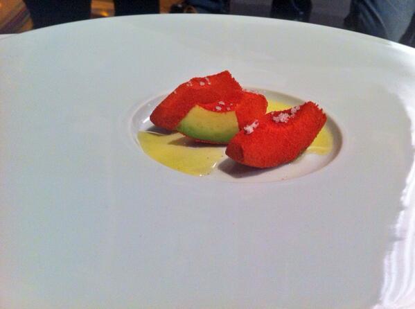 Aguacate empanado en un polvo de tomates seleccionados y bañado con aceite de oliva virgen extra del cocinero flamencoGert de Mangeleer.