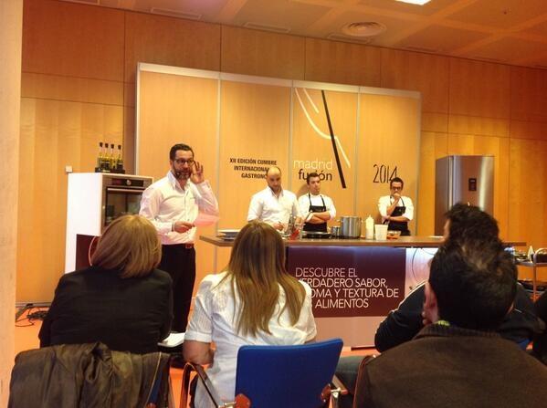 """Fotos: Twitter @Madridfusion.  El chef español Quique Dacosta en su charla """"Arroces, variedades, técnicas y secretos""""."""