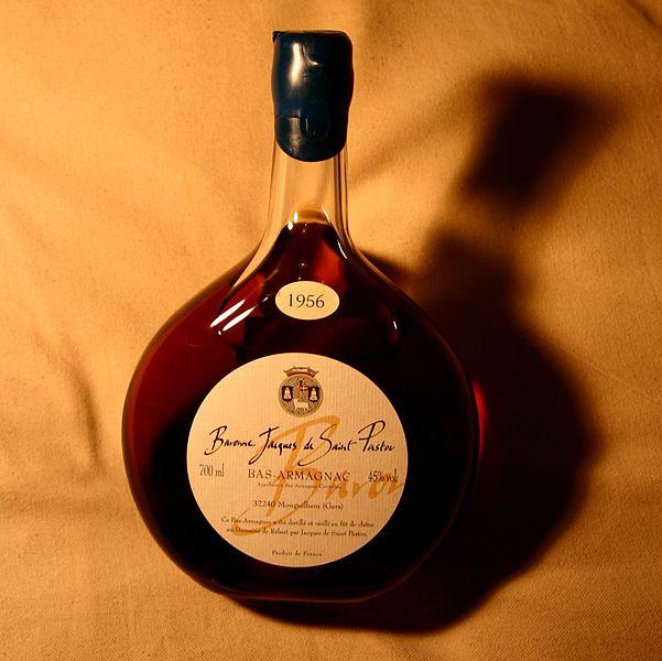Armañac, brandy producido en la región del mismo nombre, en el suroeste de Francia. Tiene una tasa de alcohol igual o superior a 40%.