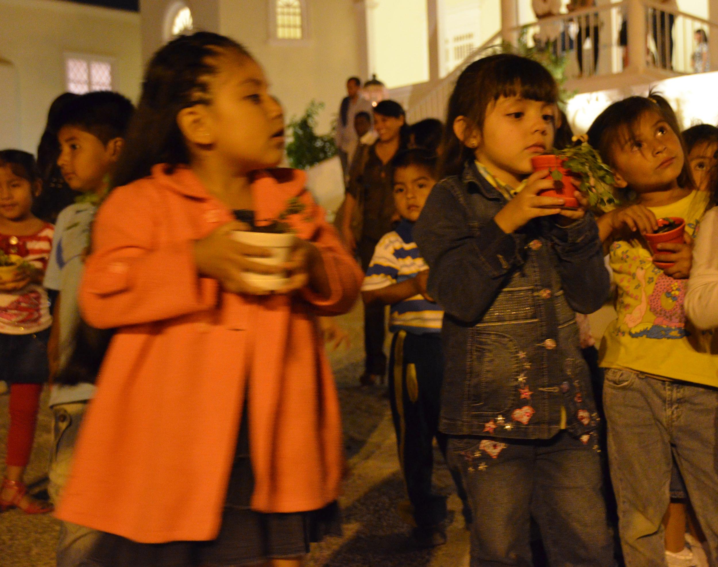 Niños en El Edén, huerto en forma de espiral para que ellos aprendan.