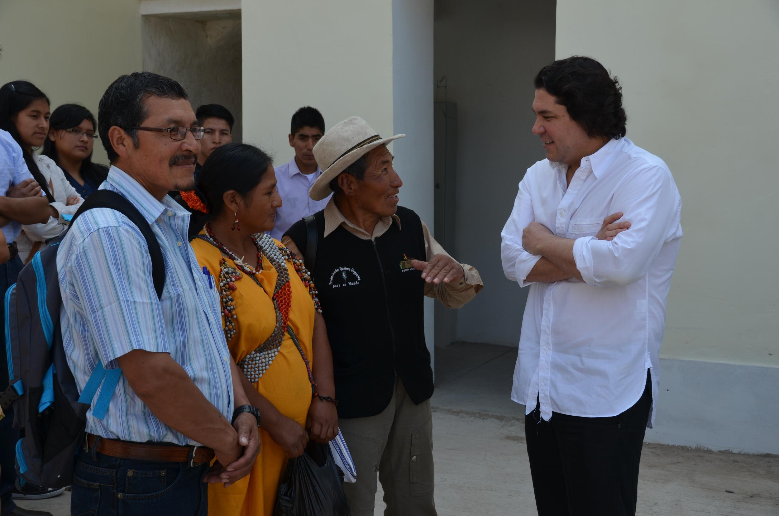 Gastón Acurio en El Patio de Astrid & Gastón Casa Moreyra, compartiendo con productores artesanales.