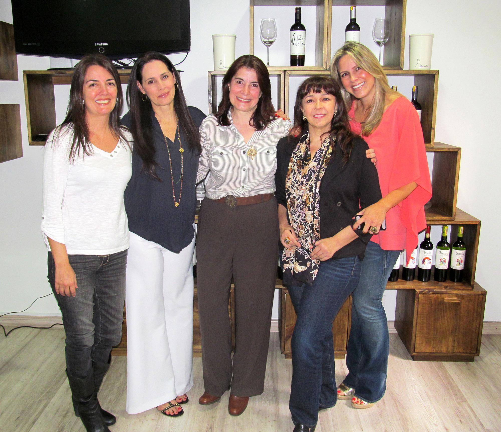 Una asistencia muy femenina, de izquierda a derecha: Anita Echandía, Mariluz Escobar, María del Carmen Montoya, Patricia Jaramillo y Luz Zoraida Pérez.