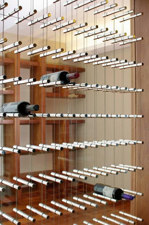 El metal y el cristal le dan un toque elegante y muy moderno a esta cava. Foto tomada de www.arquitectoserre.com