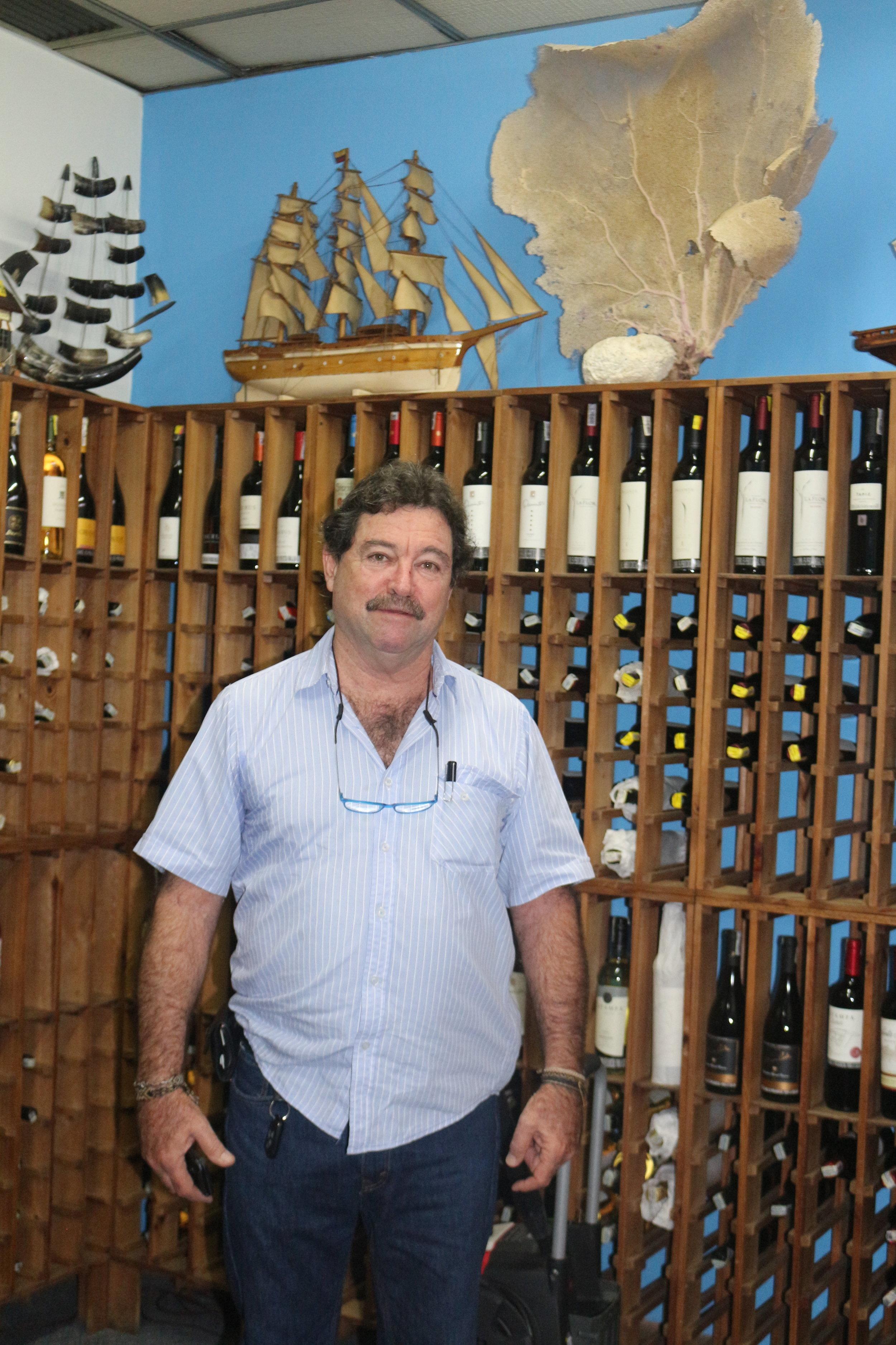 En su cava hay botellas de las bodegas que hacen parte de nuestro Club: Tapiz, Viu Manent, Familia Schroeder, Ébano y Valmiñor, Pulenta Estate, Echeverría, entre otras.