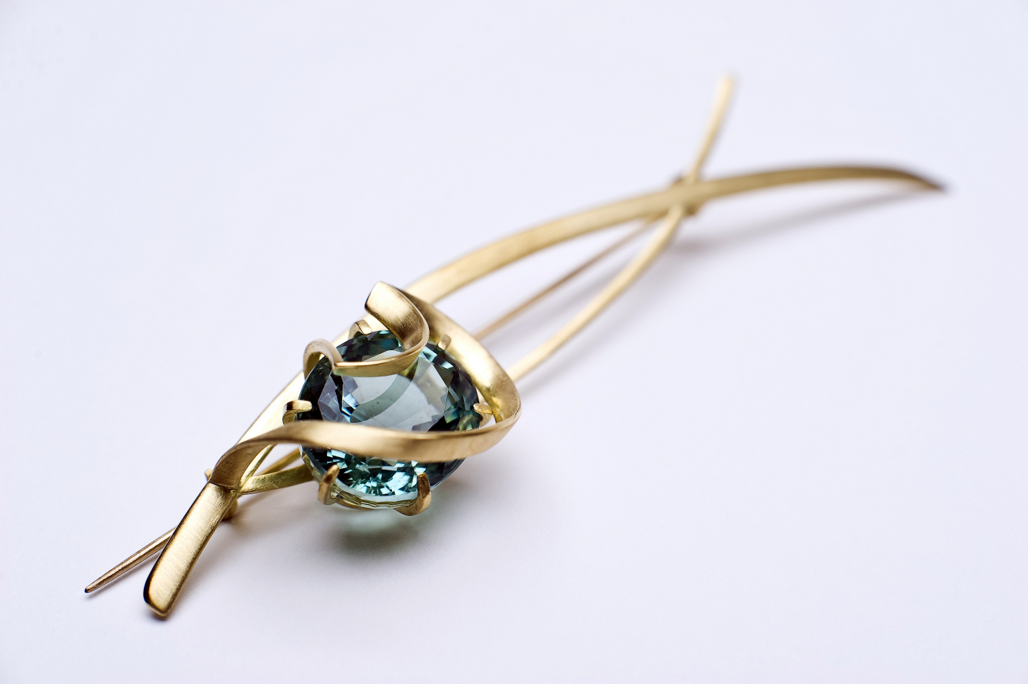 Leyton Stone   brooch, Sarah Warsop, 18ct gold with aquamarine, 2014. Photo: Steve Speller