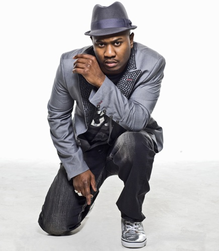 Serani looking hot again in all grey and crouching down.jpg