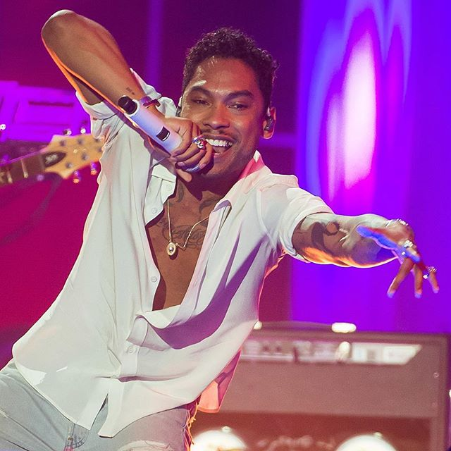 Miguel looking so hot as he's on stage singing Waves for the VH1 You Oughta Know awards concert.jpg