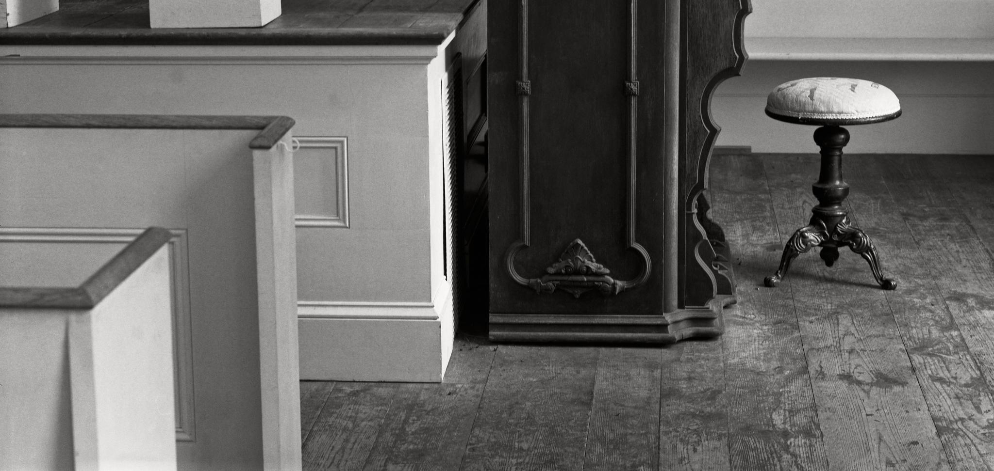 Millbrook_2015-05-25_sg4x5_210mm_Fujinon-W_Arista200_Rodinal_1-50_church_organ_and_pews.jpg