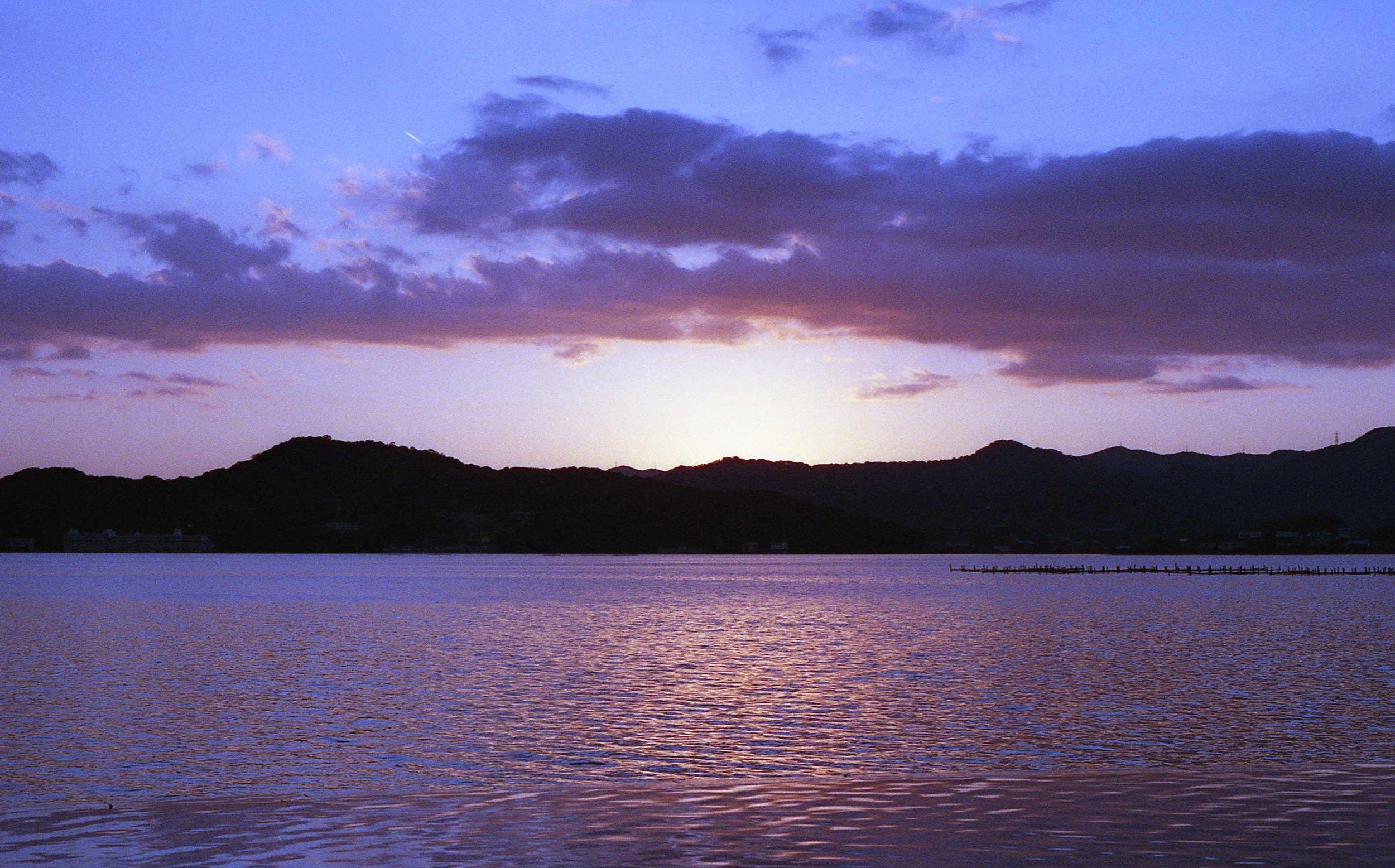 「猪鼻湖より湖西連峰を望む」