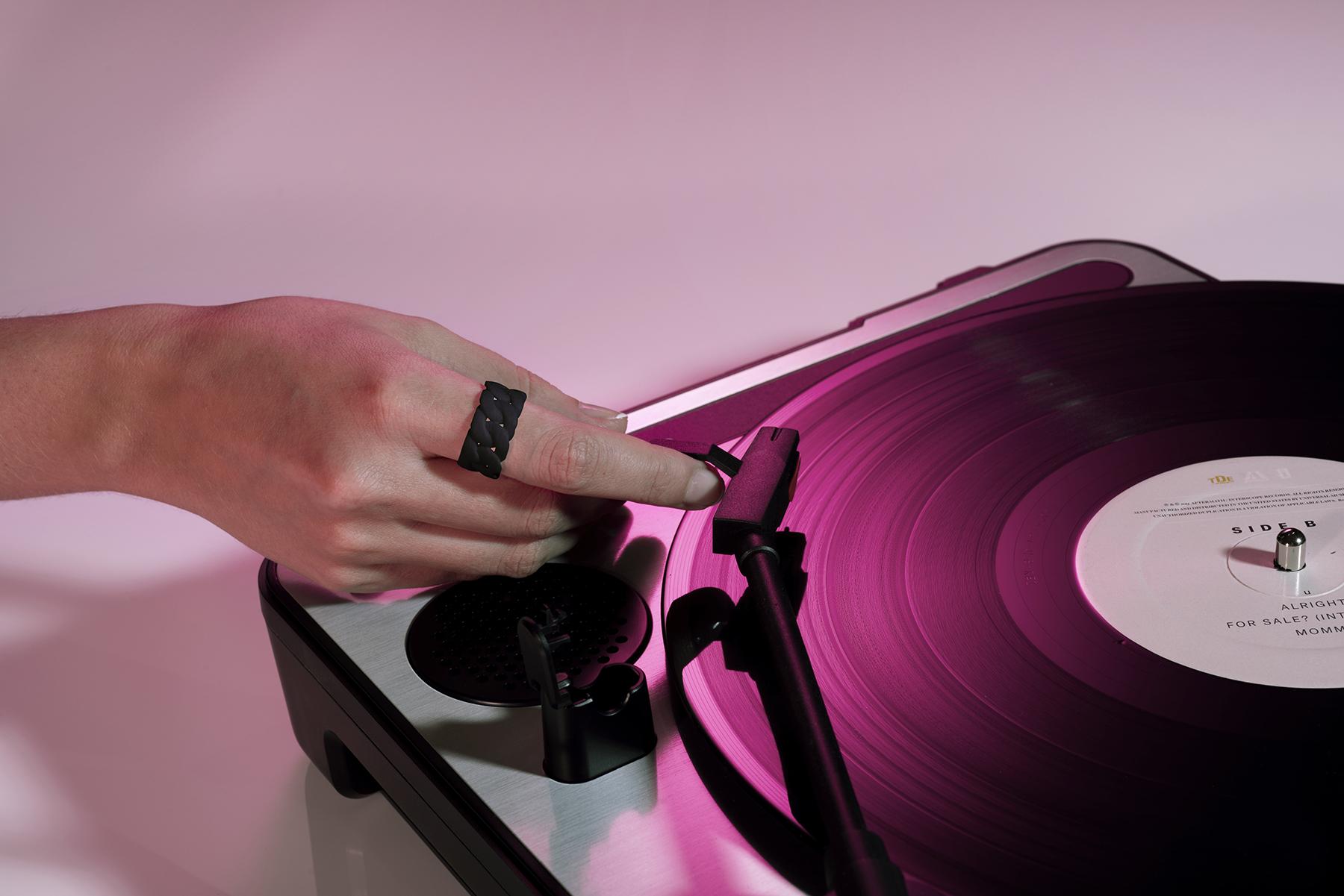 Vinyl_Unity_ring_black_thin_web.jpg