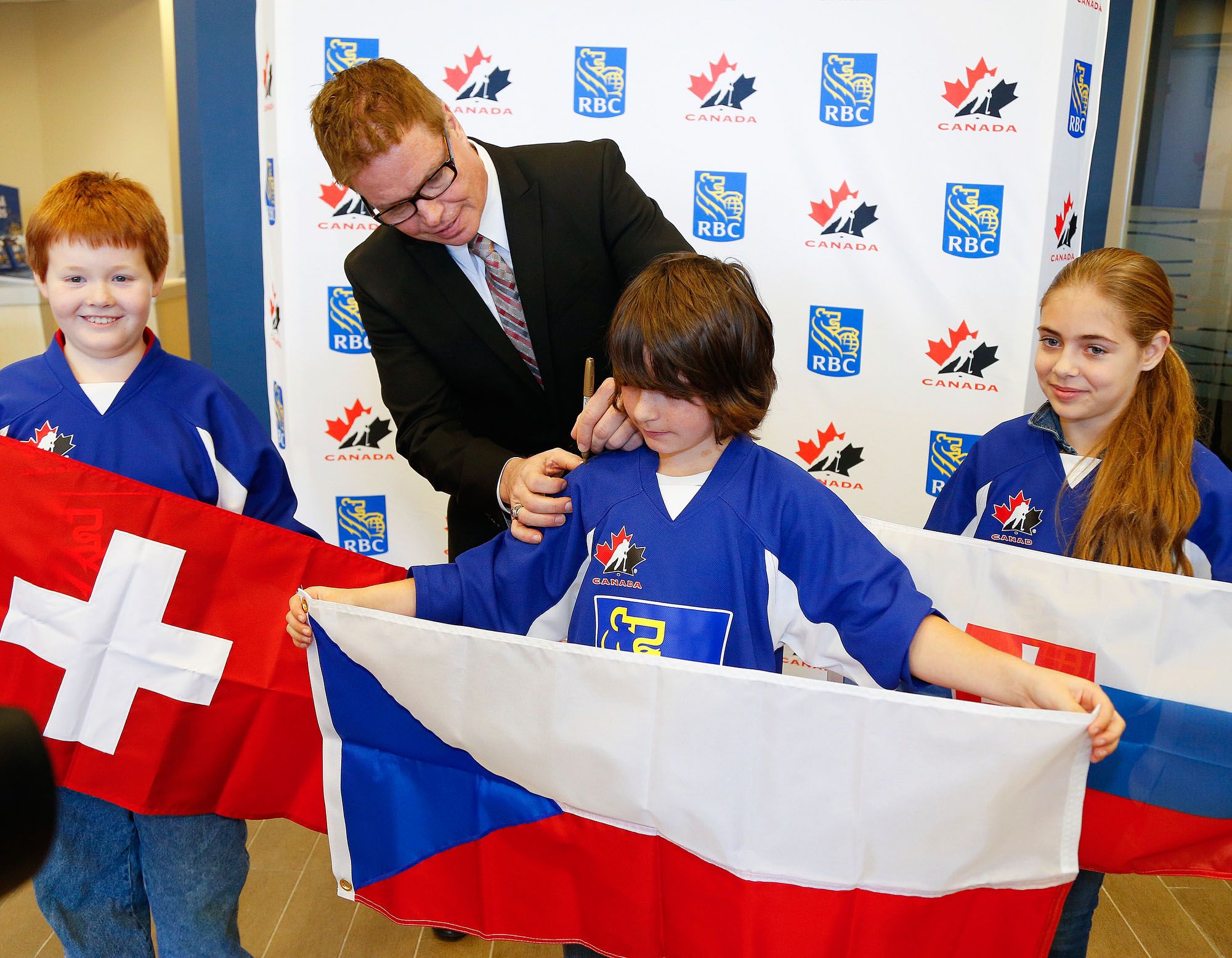 Hockey Hall of Famer (and ex Pete) Larry Murphy and students from Keith Wightman Public School announcing RBC Road to the World Juniors games in Peterborough. (CNW Group/RBC)