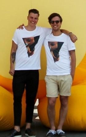 Mathias og Adam. Jeg kender dem ikke, men de ligner et meget flinkt dansk-svensk mix i ens t-shirt og toptunet højre hjernehalvdel.