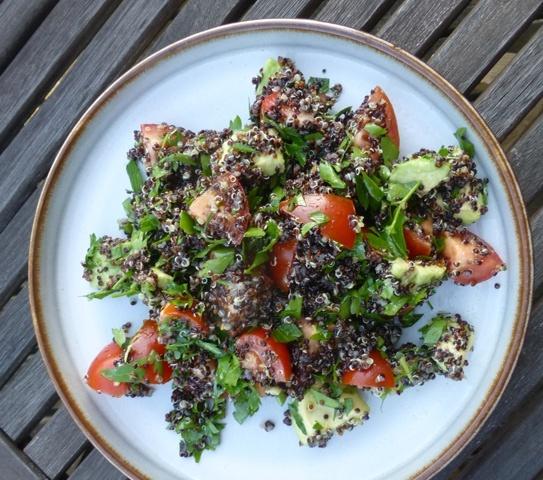 Quinoasalat med avokado og tomat