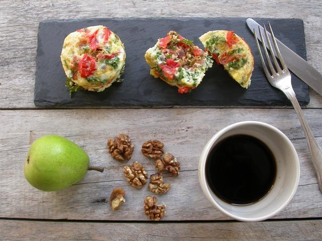 Muffin med tomat, kål og gedeost