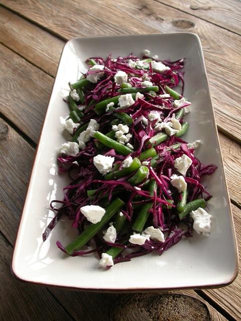 Laks og salat med bønner og kål