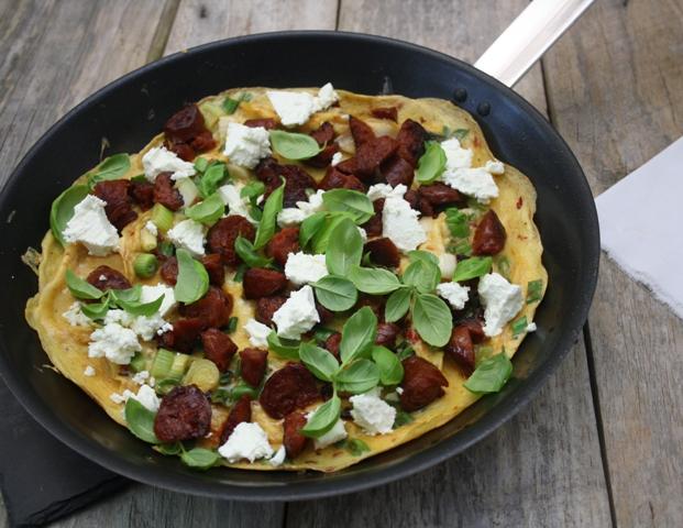 Omelet med chorizo og feta