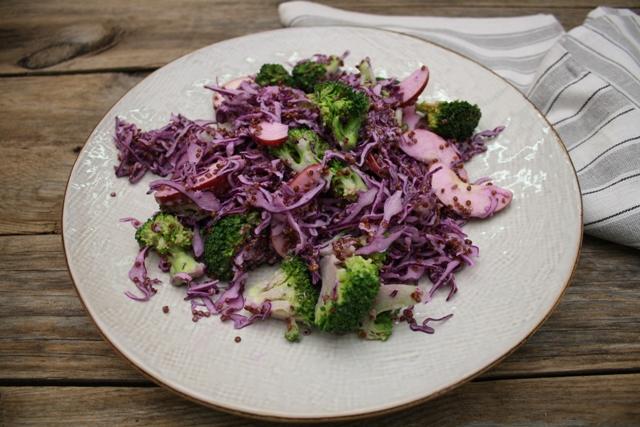 Quinoasalat med broccoli og rødkål