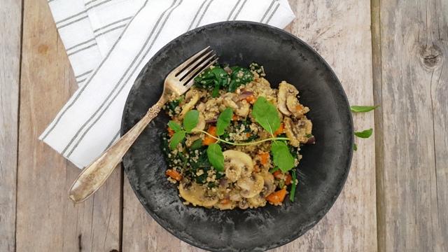 Quinoasalat med champignon og spinat